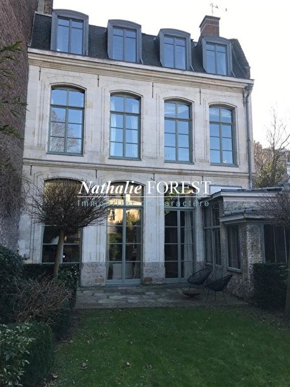 Vieux Lille , Rare Hôtel particulier du XVII ème siècle . Cour intérieure et jardin paysagé.