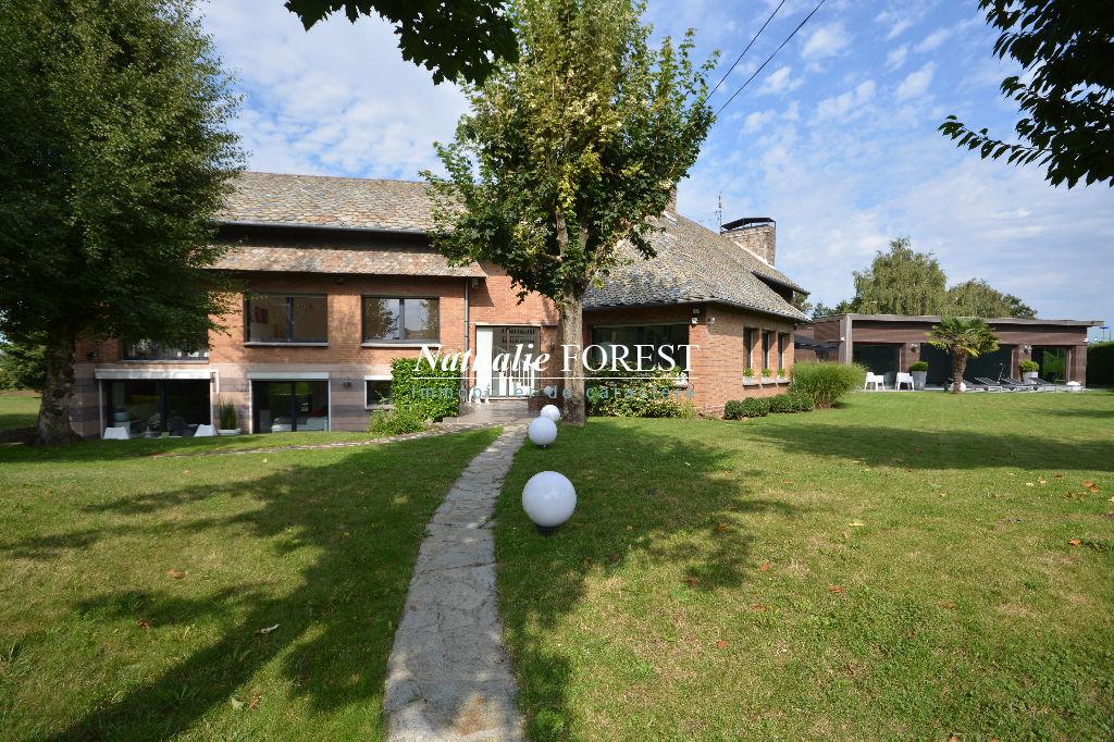 LESQUIN r�sidentiel , splendide villa avec piscine couverte sur 2081 m� de terrain .