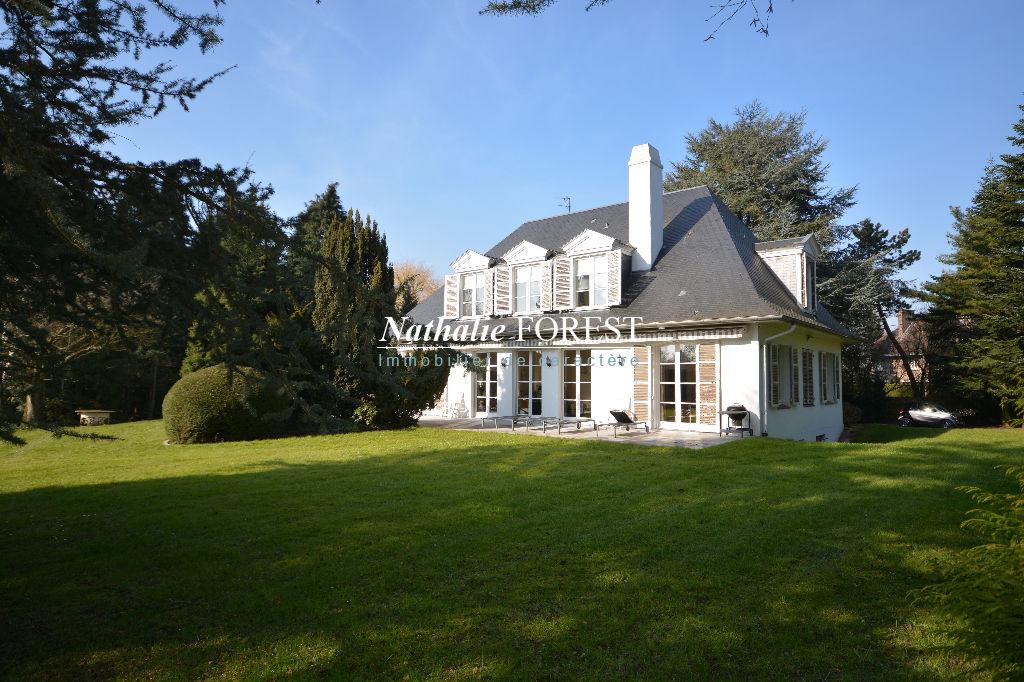 CROIX Résidentiel Proximité Tramway , Villa de caractère , 5 ch , sur un magnifique jardin 3500M2