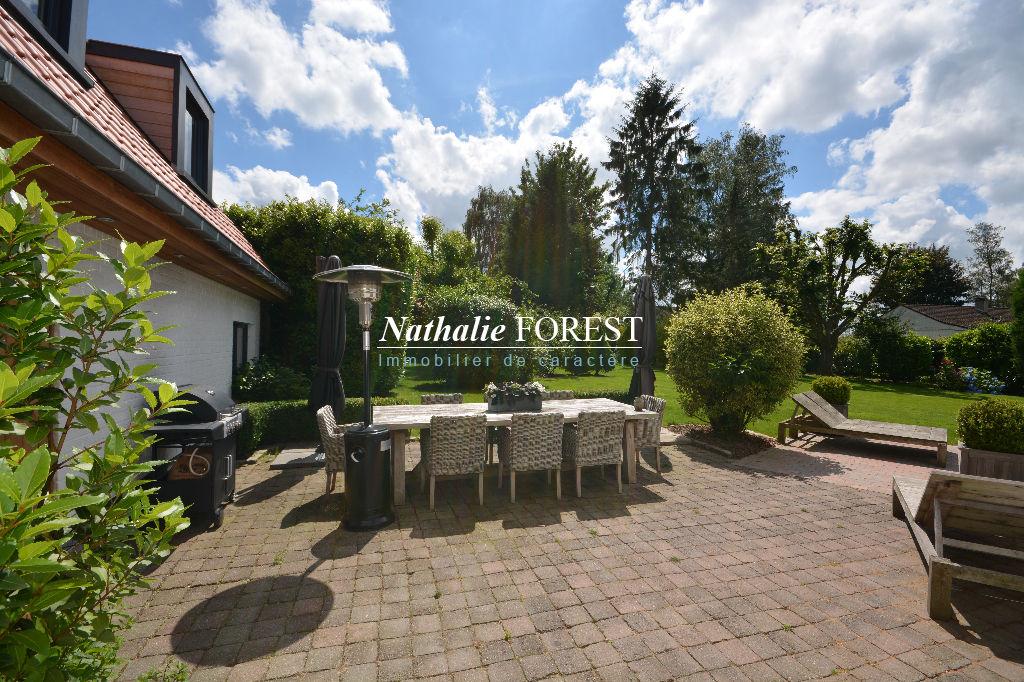 Bondues , prox Croix Blanche , secteur top résidentiel, superbe villa contemporaine , 5 ch , sur 1559 m2 de terrain . Piscine extérieure .