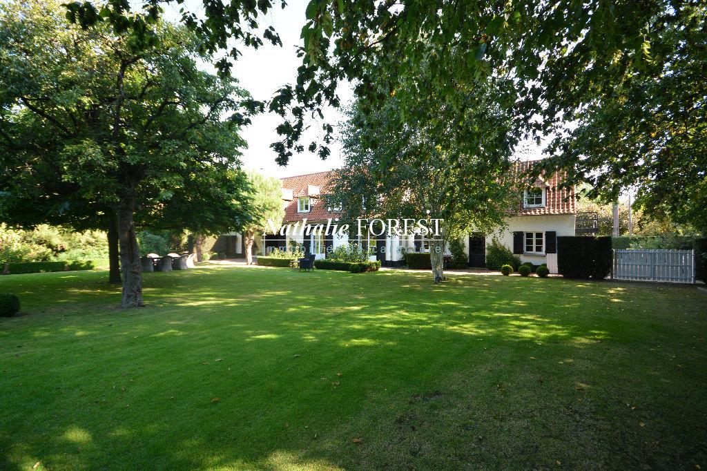 """Bondues , Exclusivité ,  secteur hyper convoité , Villa type """" Cottage"""" sur 2022 m² de terrain . Piscine extérieure ."""