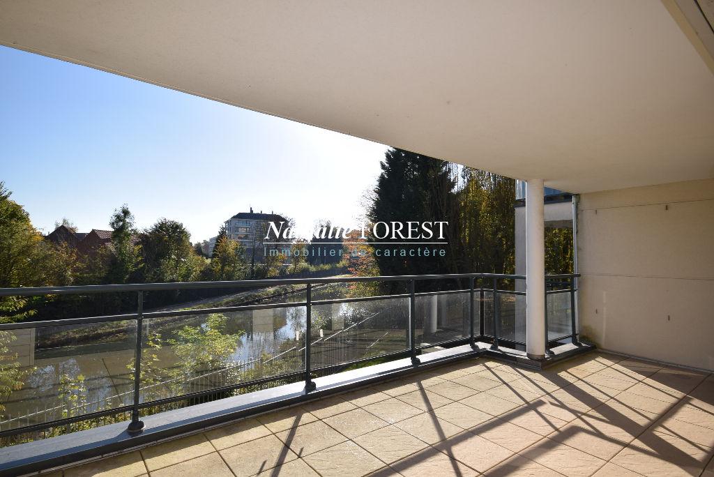 Marcq en Baroeul , près Bourg , superbe type 3 avec terrasse de 17 m2 , garage pos parking sup .
