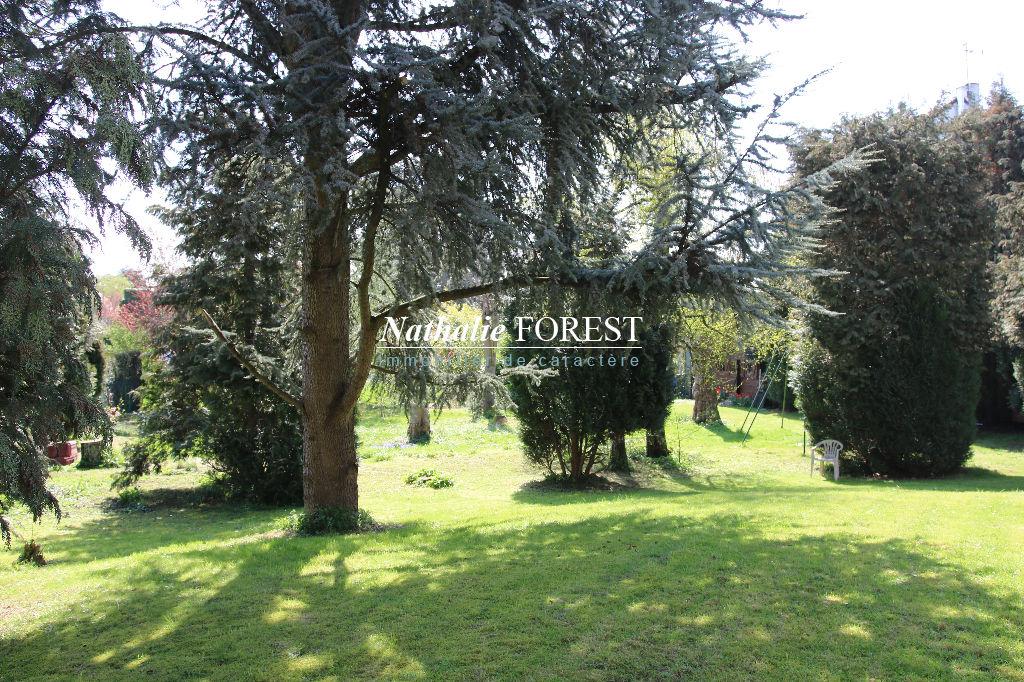 Mouvaux, limite Marcq en Baroeul  maison d'architecte de 270 m2, 6 chambres sur 1022 M2 de terrain à re-décorer.