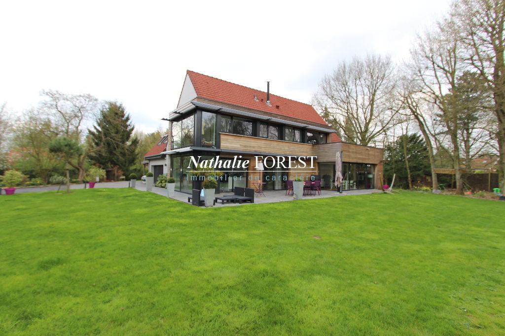 Dans un village prisé du Mélantois, Maison d'architecte (4 chambres) entièrement restaurée en 2012 sur une belle parcelle de 2300 m2 au sein d'un magnifique parc boisé