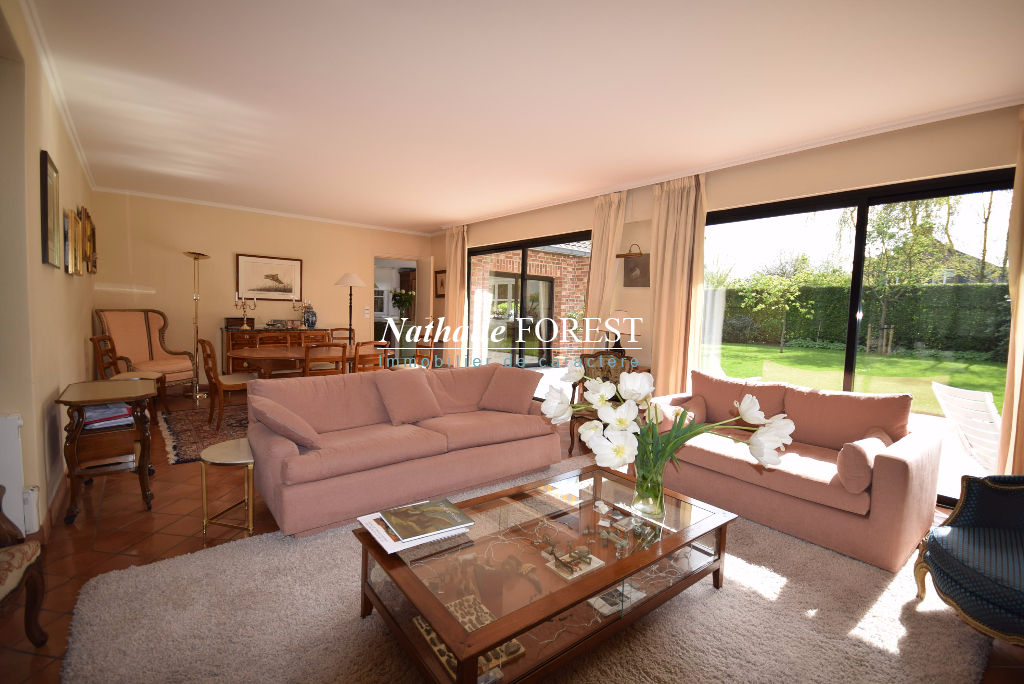 HEM , très joli Villa , 5 Chambres sur 987 M2 de terrain dans environnement ultra résidentiel et sécurisé.