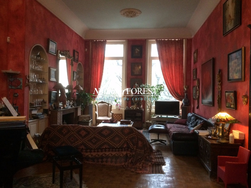 Lille préfecture , Rare maison de Maître , 5 chambres , jardin , terrasse , garage , rapport locatif possible .