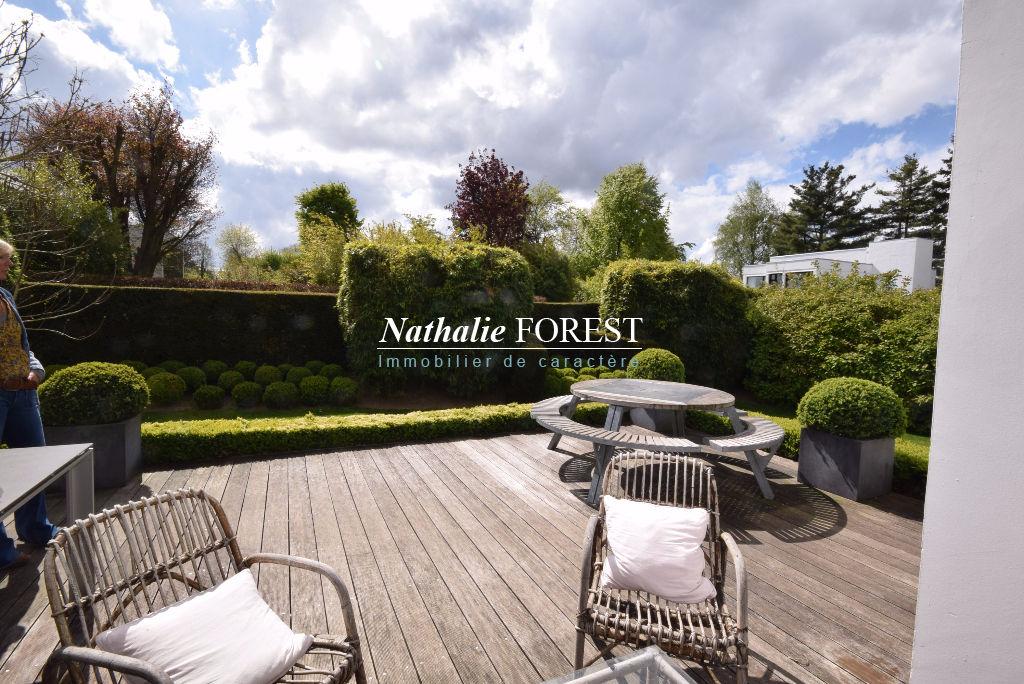 VILLENEUVE D'ASCQ prox Brigode ,Incroyable et atypique grande  maison Contemporaine cadastrée sur 1800M2 avec piscine extérieure