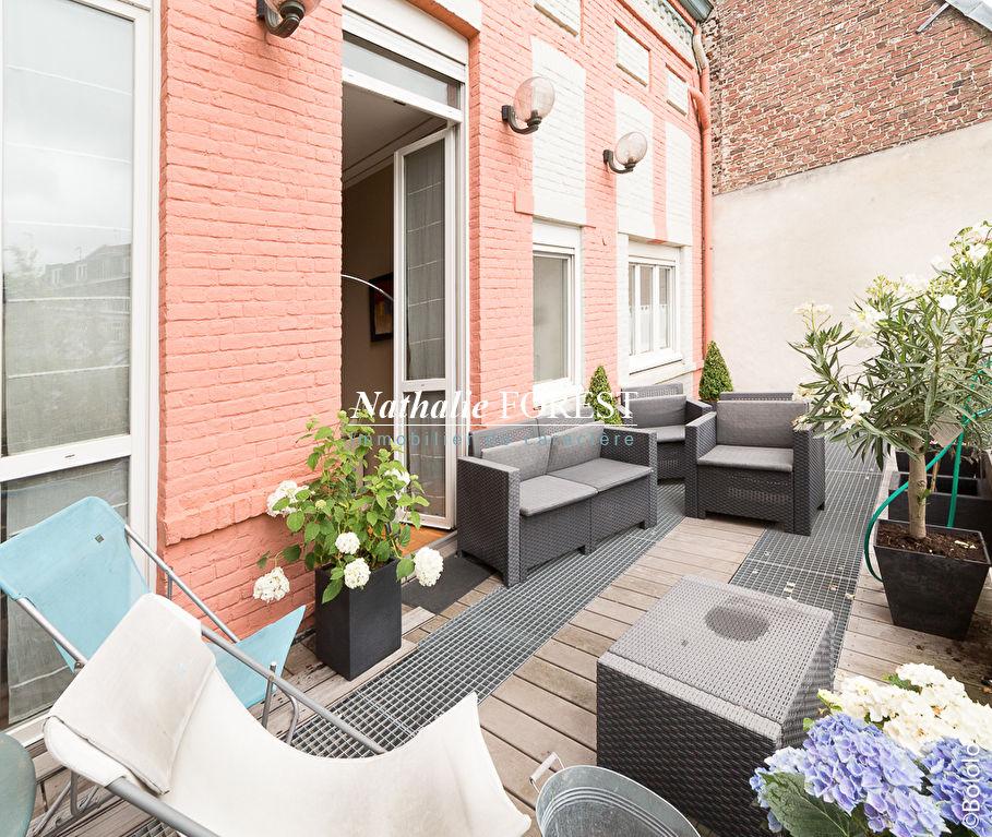 LILLE République Grande Maison Bourgeoise avec cour arborée de 100M2 et terrasse suspendue Possibilité rapport locatif