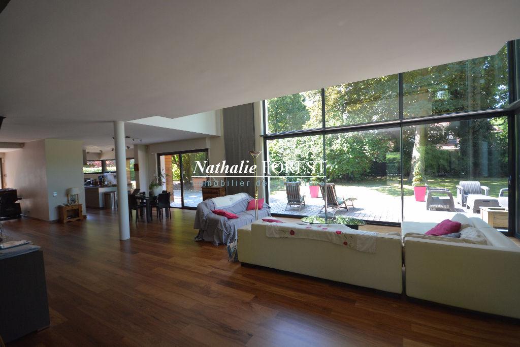 EXCLUSIVITE , Croix résidentiel , splendide maison cubique const 2005 , 5 ch , bureau , home cinema sur 1471 M2 de terrain .