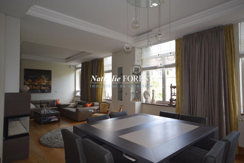 Lille république , splendide appartement type 5 , terrasse , deux garages fermés , cave 40 M2 .