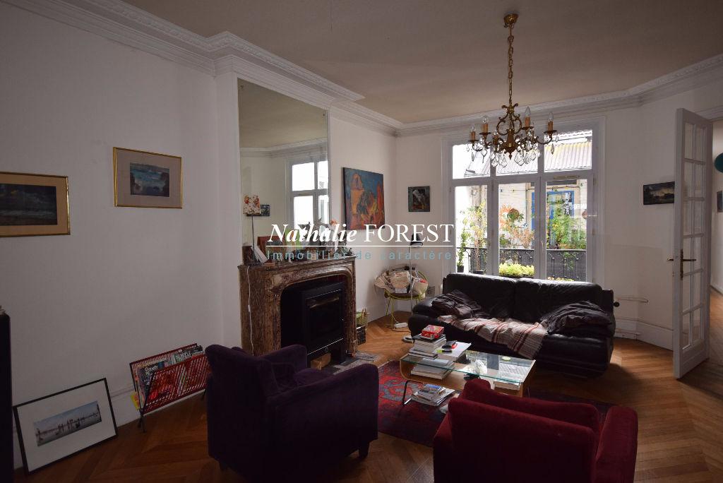 Au coeur de Lille ! Bel Appartement Haussmannien 4 pièce(s) 138M2 (Loi Carrez) au dernier étage (possibilité agrandissement combles) petit balcon