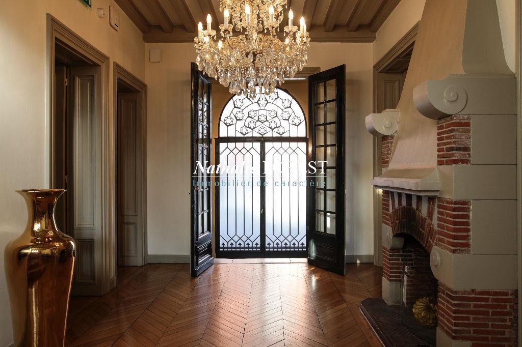 Hôtel particulier de style Art déco ,  12 Chambres , piscine extérieure , garages sur 1180 M2 de terrain .