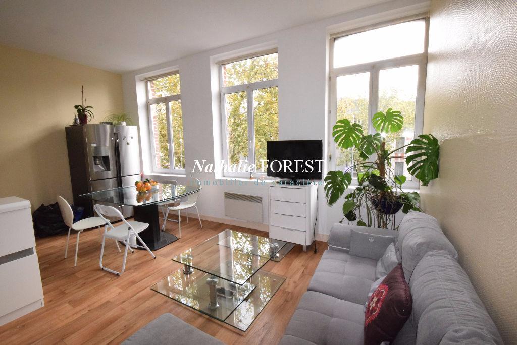 Lille Prox Métro  IMMEUBLE DE RAPPORT Composé de  5 Logements (3 Appartements T2, 1 T1Bis et 1 T3 avec cour privative)