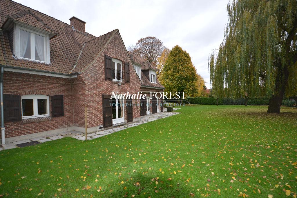 Proximité Croix et Barbieux , Secteur top résidentiel ,très jolie maison d 'architecte , 5 ch sur 2700M2 de terrain .