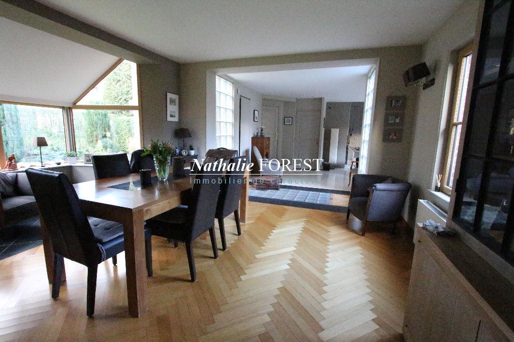 """GRUSON, """"la petite Suisse du nord"""" Magnifique maison de 1978 entièrement remaniée en 2003, 4 chambres, au calme, située dans le quartier le plus prisé de ce village boisé, sur une parcelle de 2240 m2 au fond d'une allée."""