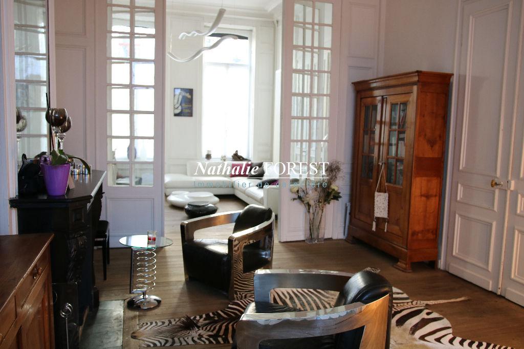 Lille centre , rare maison bourgeoise , 7 CH, bureau , jardin , rapport locatif possible 12 600 € annuel , garage en location