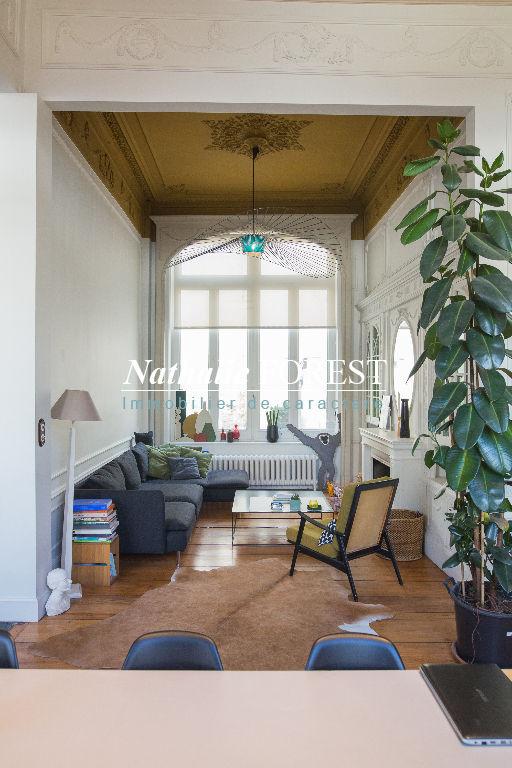Exclusivité ! Vieux Lille Secteur Prisé ! Maison de Maître 18ème avec cour intérieure bien exposée.Parking sécurisé en location à proximité