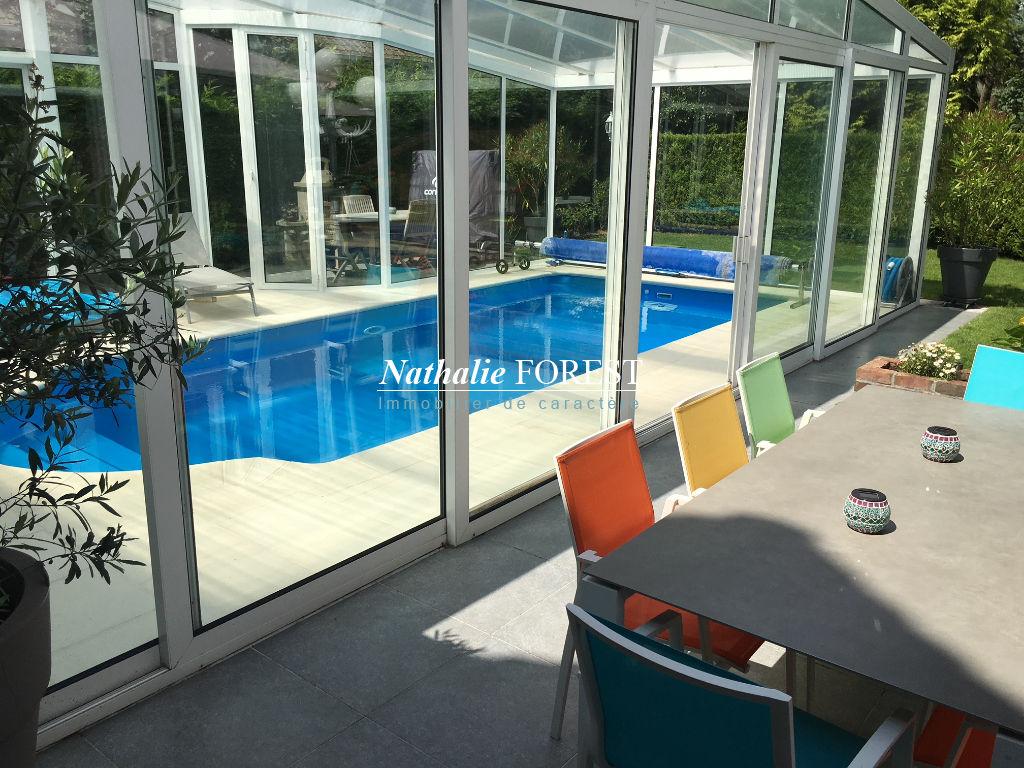 Aux portes de Lille, Maison individuelle avec piscine, sur une parcelle arborée de 800 m2 composée de 10 pièces- 6ch au seing d'un quartier prisé, proche tous commerces