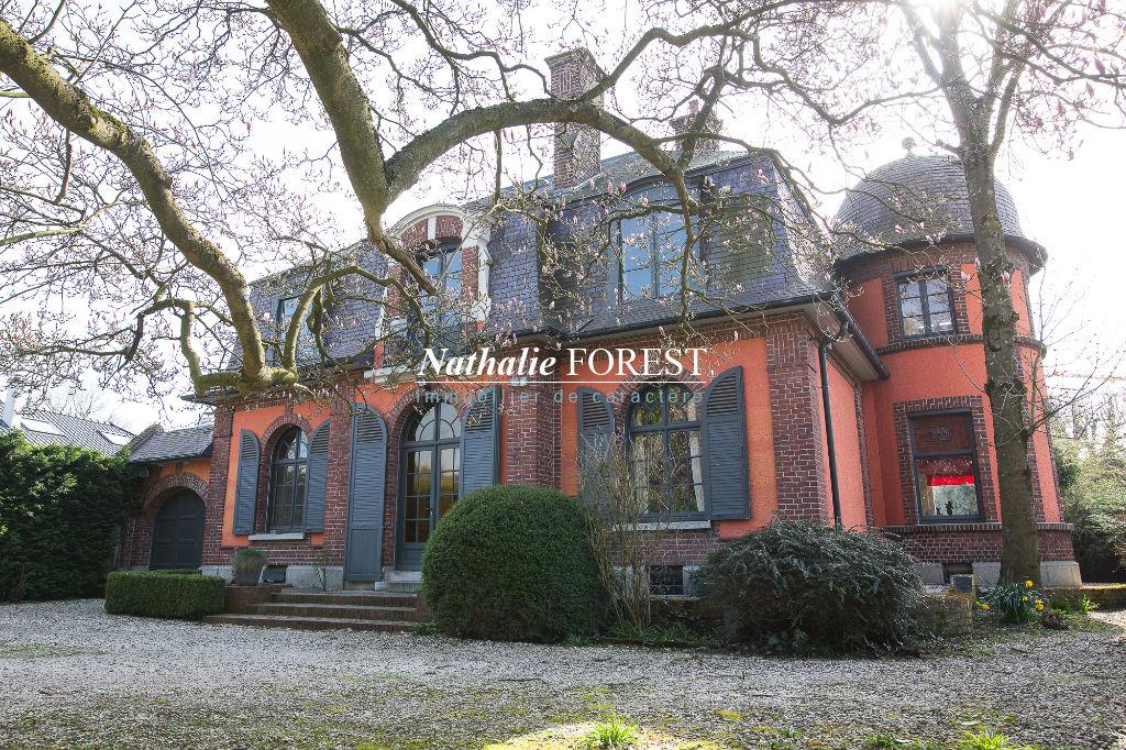 Marcq en Baroeul ,  quartier hyper résidentiel ,  ravissante maison  bourgeoise de charme , 5 ch bureau , garage 3 V sur 1000 M2 de terrain .