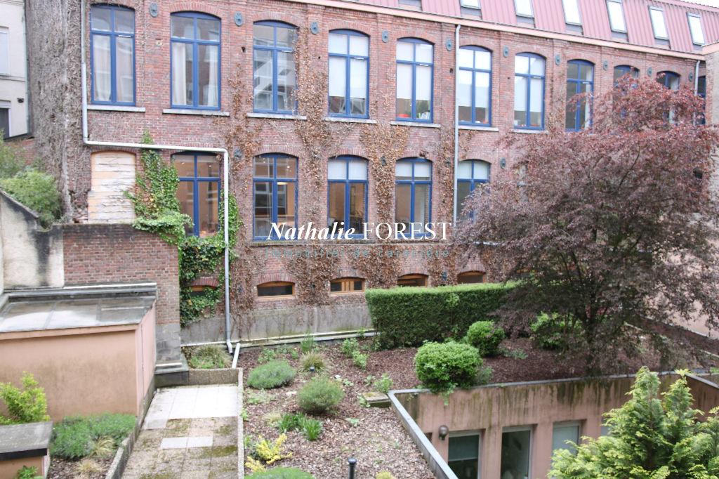 Exclusivité .Vieux Lille , proximité Quai du Wault , magnifique type 3 de 107 m2 , parking couvert , vue jardin, cave .