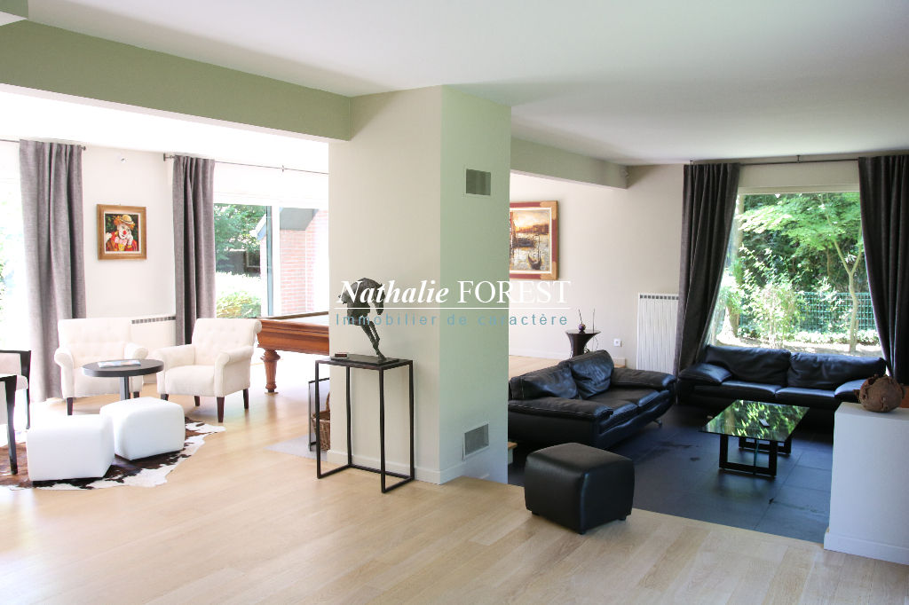 """Exclusivité .Wasquehal , limite Mouvaux , Splendide maison type """"Cottage"""" entièrement rénovée sur 1300 M2 de terrain paysagé ."""