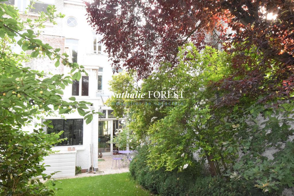 LILLE Parvis Saint-Michel Belle maison bourgeoise rénovée 6 Chambres, joli jardin, Parking 2 voitures.