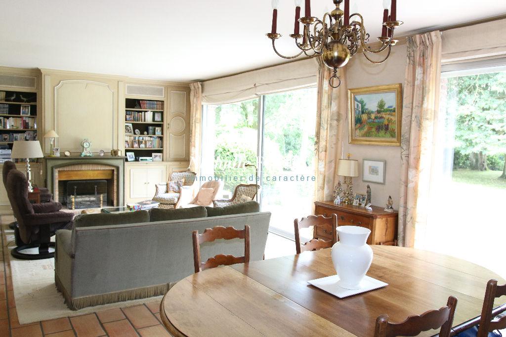 Croix Beaumont , Très jolie villa  const 1972 , semi plain pied , 6/7 ch bureau sur 1462 M2 de terrain .
