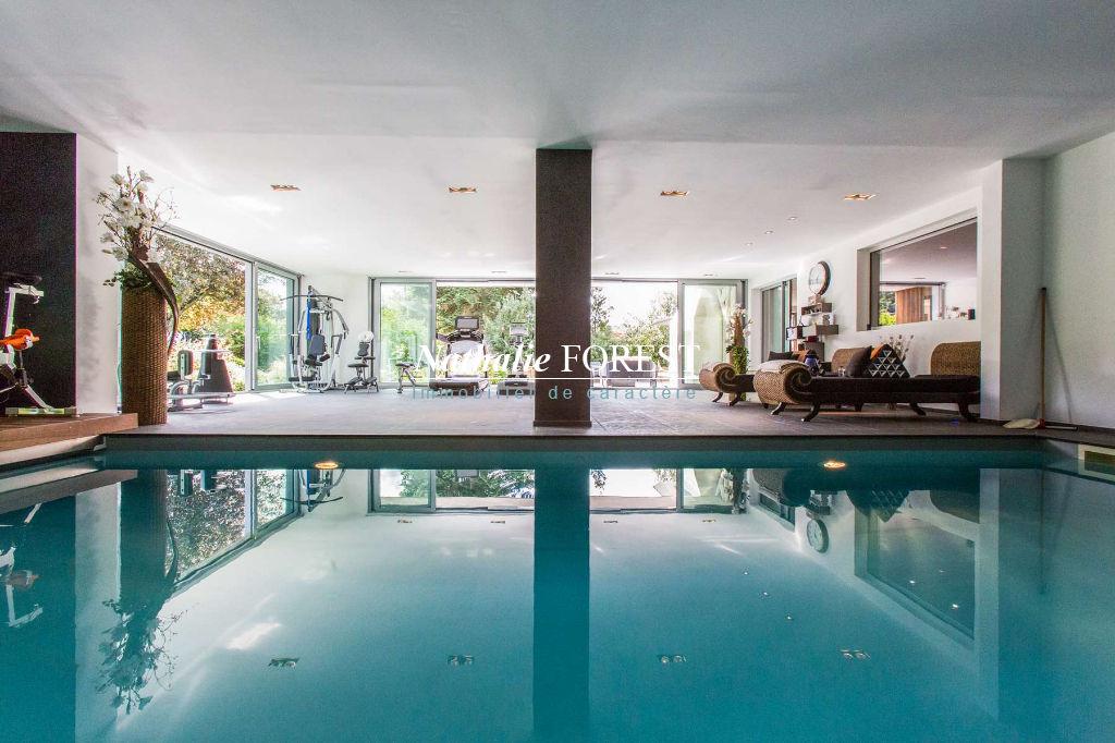 Exclusivité Croix, incroyable Villa ultra domotisée avec piscine couverte sur 1566 M2 de terrain .