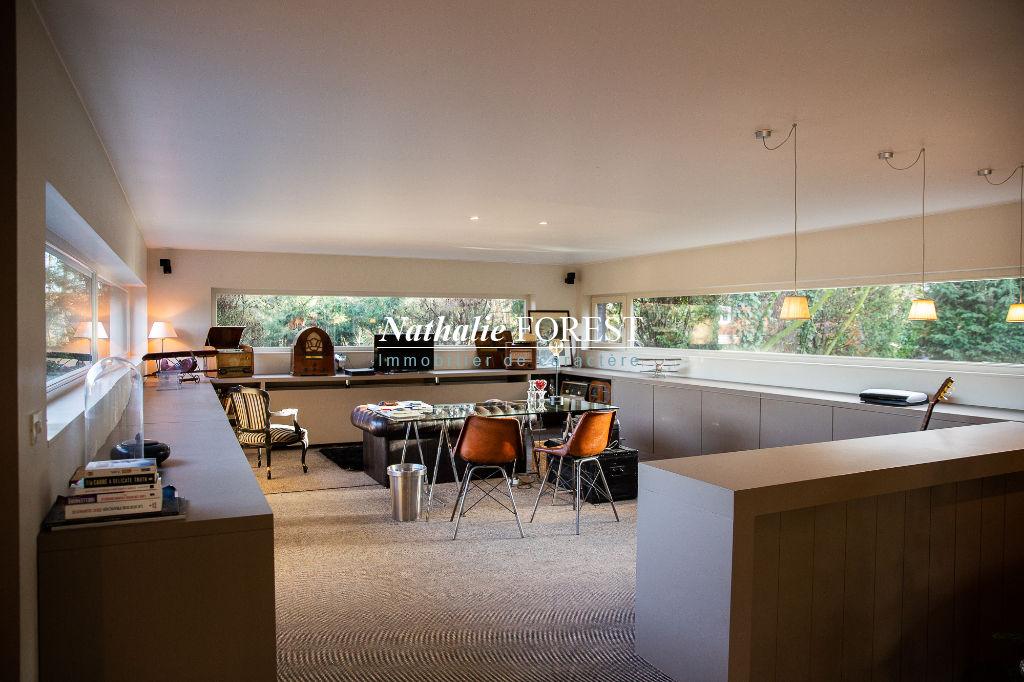 """HEM , limite CROIX , Belle maison """"Maillart"""" avec originale extension cubique sur 2745 m2 de terrain ."""