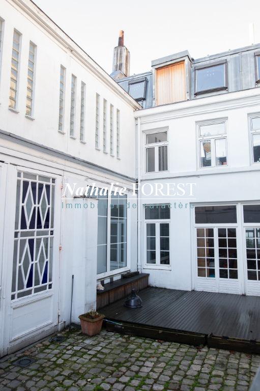 Vieux Lille , très bel hôtel particulier divisé  en 5 lots , cour intérieure , terrasses , garages .