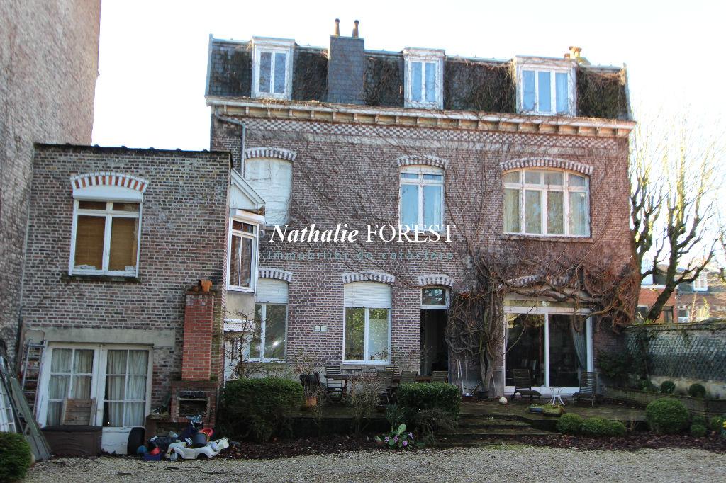 LA MADELEINE, à deux pas du TRAM, grande demeure de famille sur une parcelle arborée de 1300 m2