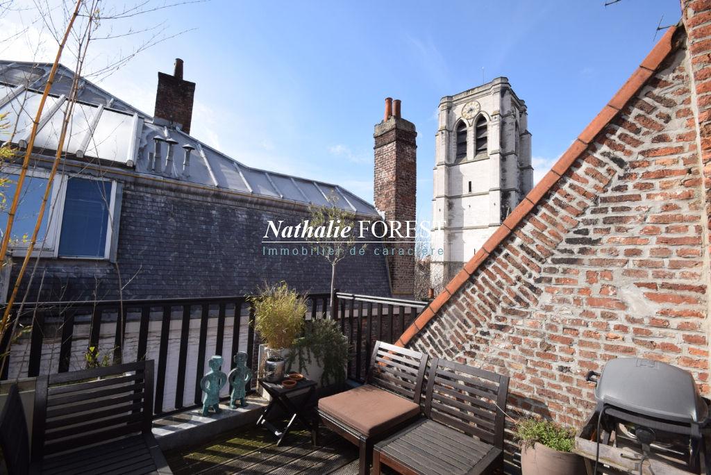 Co-exclusivité Vieux Lille Secteur Top Prisé ravissante maison 17ème entièrement rénovée, avec terrasse et parking couvert sécurisé possible en sus du prix.