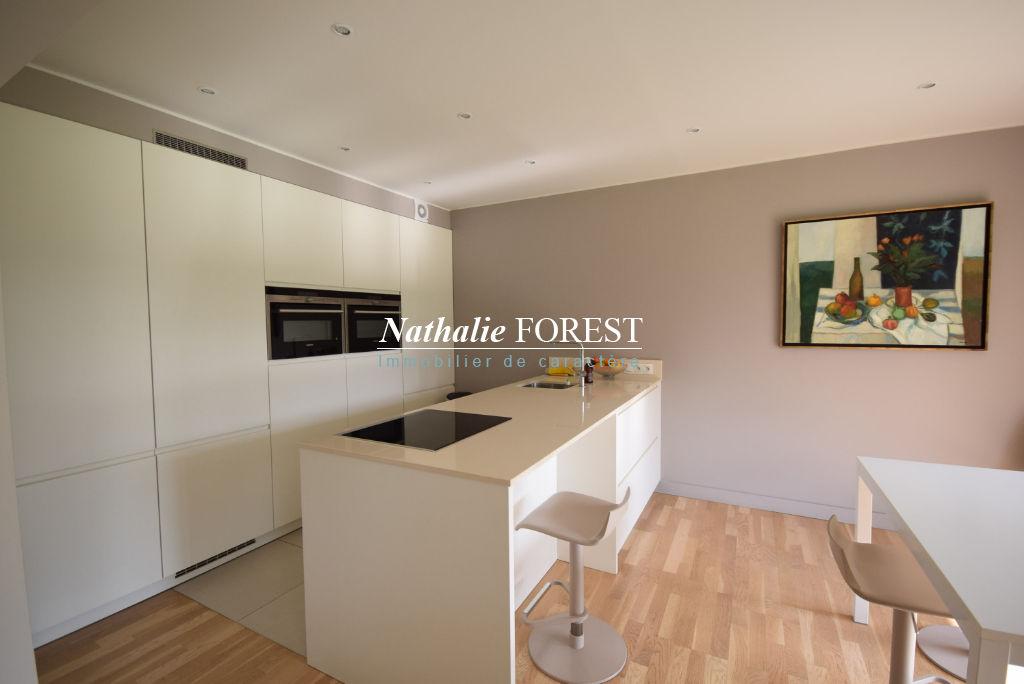 Co-Exclusivité - Dans un domaine privée, Appartement T3 de 102m2 entièrement rénové, Terrasse Sud-Ouest de 15m2, garage fermé et cave