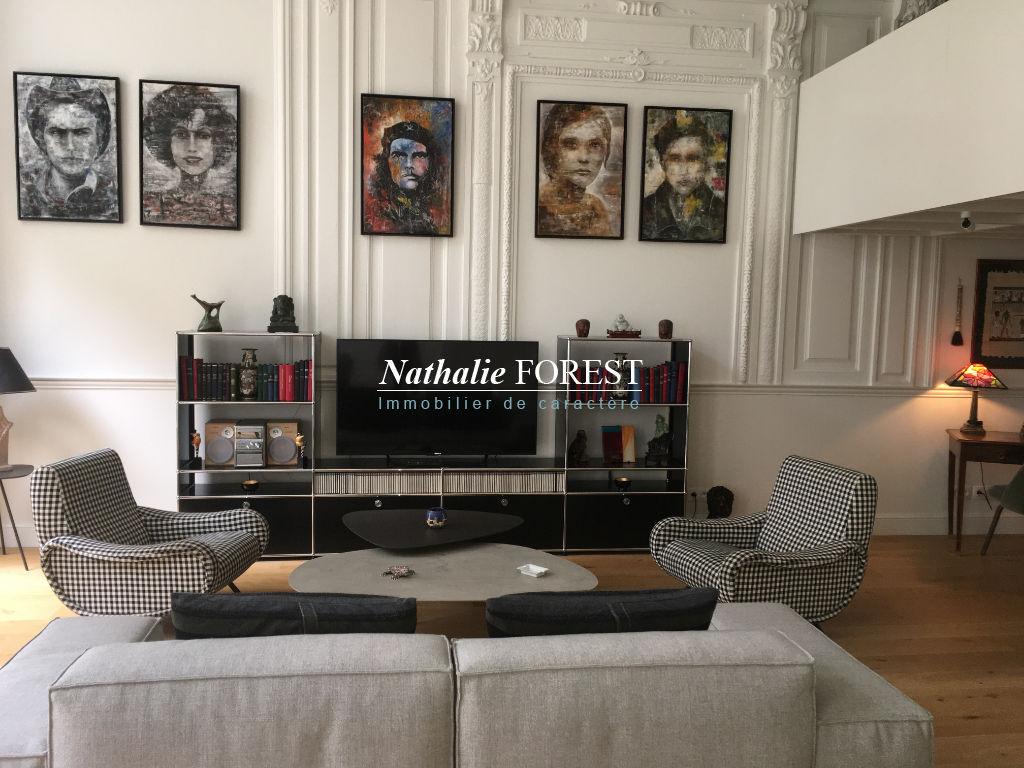VIEUX LILLE RUE ROYALE! LOCATION MEUBLEE! Splendide Appartement type III avec cour paysagée.