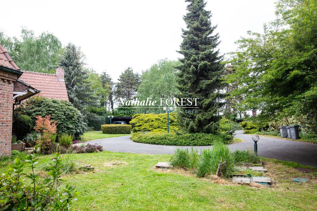 A proximite immédiate de Lambersart et Verlinghem , très belle propriété érigée sur 9700 m2 de terrain , 4 chambres , bureau , maison de gardien .