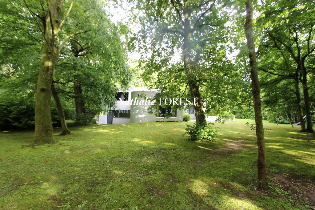 MÉRIGNIES - GOLF, Maison (4ch) à l'architecture  de style 1970, emplacement  incomparable (calme et prisé) construite sur une parcelle de près de 4000 m2 boisée avec départ immédiat sur le parcours de golf !