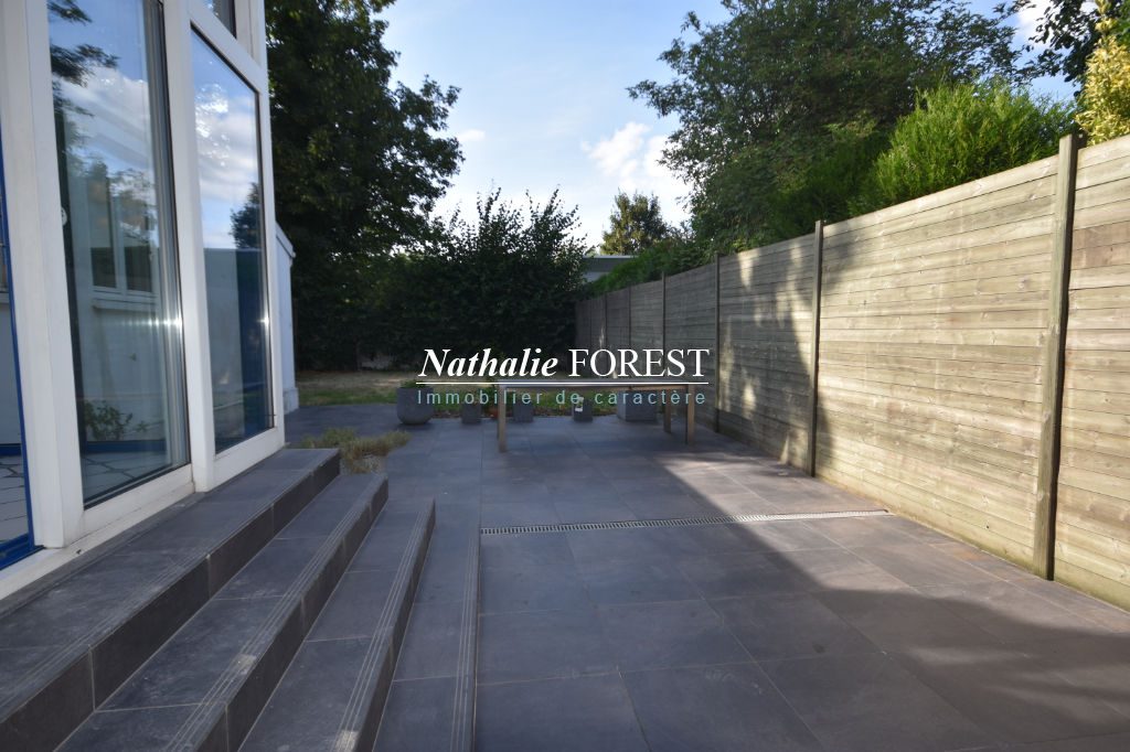 LILLE Limite Lambersart au sein d'une avenue prisée Belle maison bourgeoise semi-individuelle Garage , parking sécurisé, jardin