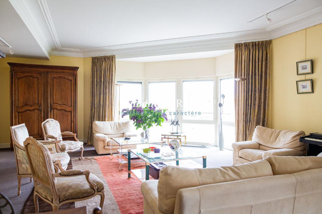 """CO-EXCLUSIVITE . LILLE , Quai du Wault , extraordinaire """"Penthouse"""" type 6 , trois terrasses , garages et cave ."""