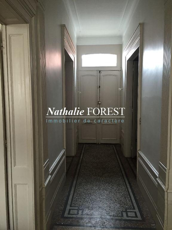 LILLE NATIONALE , EXCLUSIVITE , USAGE MIXTE POSSIBLE , maison 6 chambres , parking 1 voiture , cour intérieur .