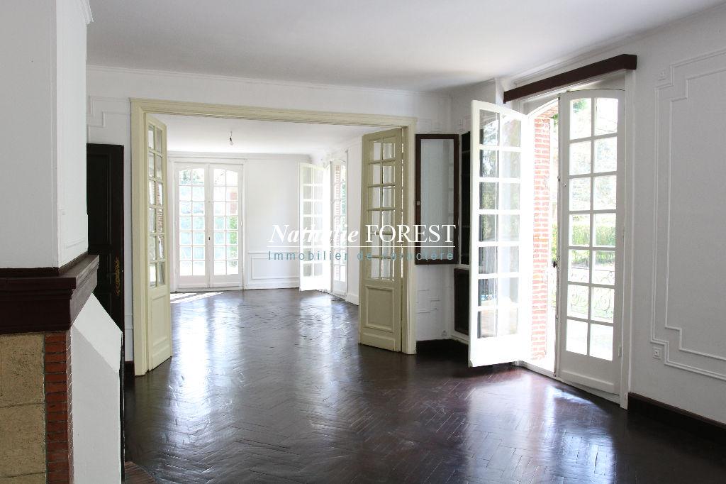 Exclusif ,Croix résidentiel splendide demeure des années 50 , sur 2850  M2 de terrain , divisible et constructible .